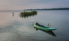 Petits bateaux de pêche bleus en rivière Photos libres de droits