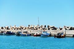 Petits bateaux de pêche dans le port de Sisi, Crète images libres de droits