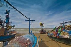 Petits bateaux de pêche en Hua Hin Thaïlande photo stock