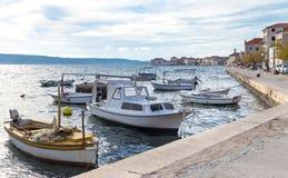 Petits bateaux de pêche, Kastel Stari photos libres de droits