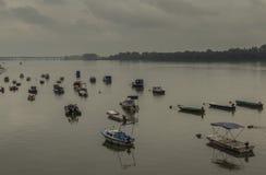 Petits bateaux de pêche, pont de Pupin images stock