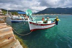 Petits bateaux de pêche près du pilier en pierre image stock