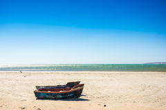 Petits bateaux de pêche sur la plage dans le Cap-Occidental, Afr du sud Images libres de droits