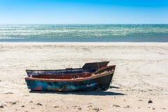 Petits bateaux de pêche sur la plage dans le Cap-Occidental, Afr du sud Image stock