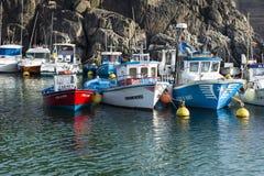 Petits bateaux de pêcheur dans un petit port atlantique Photos libres de droits