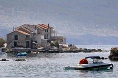 Petits bateaux devant des maisons dans Komiza sur l'île de force Photographie stock