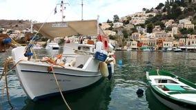 Petits bateaux en île de Symi banque de vidéos