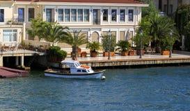 Petits bateaux en bois dans Bosphorus, maison résidentielle, Istanbul, Tur Images libres de droits
