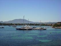 Petits bateaux et yachts en mer ionienne avec la végétation verte La belle île de Corfou, Grèce Photographie stock libre de droits