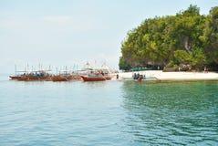 Petits bateaux le long de la plage Photographie stock libre de droits