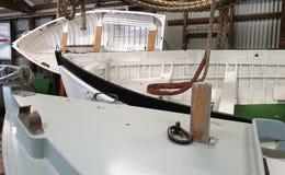 Petits bateaux nombreux stockés dans un hangar image libre de droits
