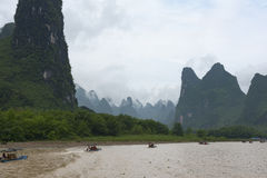Petits bateaux sur la rivière de Li en Chine image libre de droits