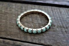 Petits bijoux de bracelet de turquoise et d'or Images libres de droits