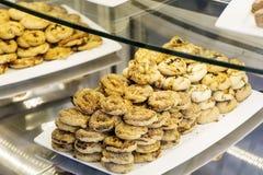 petits biscuits dans une boutique de pâtisserie Photographie stock libre de droits