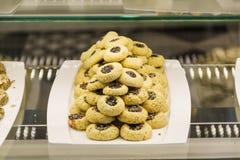 Petits biscuits dans une boutique de pâtisserie Images stock