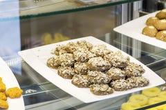 Petits biscuits de chocolat avec des graines de tournesol dans une boutique de pâtisserie Images stock