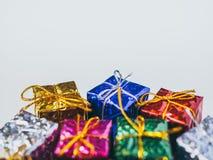 Petits boîte-cadeau colorés photos libres de droits