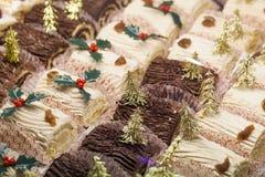 Petits buches de Noà «l avec des décorations d'or à la boutique de pâtisserie Image libre de droits