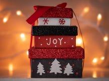 Petits cadeaux de Noël enfermés dans une boîte photographie stock libre de droits