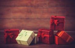 Petits cadeaux sur la table en bois. Images stock
