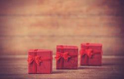 Petits cadeaux sur la table en bois. Image libre de droits