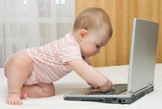 Petits chéri et ordinateur portatif Photographie stock libre de droits