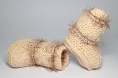 Petits chaussons de laine tricotés pour les enfants en bas âge Images libres de droits