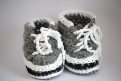 Petits chaussons tricotés faits main de chéri Photo libre de droits