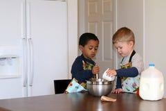 Petits chefs dans la cuisine   photographie stock