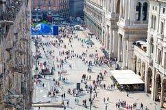 Petits chiffres de foule des personnes sur la place de Piazza del Duomo, Milan images stock