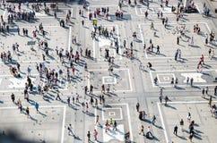 Petits chiffres de foule des personnes sur la place de Piazza del Duomo, Milan image stock