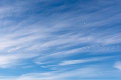 Petits cirrostratus, cirrocumulus et formations flous de cumulus au ciel bleu image stock