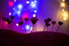 Petits coeurs dans une rangée, lumières à l'arrière-plan Image stock