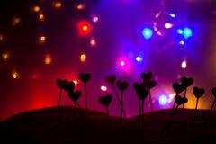 Petits coeurs dans une rangée, lumières à l'arrière-plan Photo stock