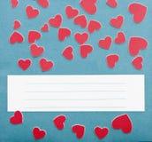 Petits coeurs et texture bleue de papier peint avec l'espace de copie pour le votre Images libres de droits
