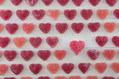 Petits coeurs gommeux rouge foncé et roses avec un plus grand gommeux lu Images stock