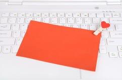 Petits coeurs rouges et note collante sur l'ordinateur portable Photo libre de droits