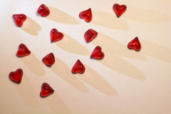Petits coeurs rouges sur le fond blanc Photo libre de droits