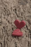 Petits coeurs rouges sur le fond en bois Image libre de droits