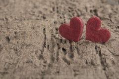 Petits coeurs rouges sur le fond en bois Photographie stock
