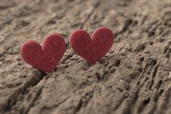 Petits coeurs rouges sur le fond en bois Photo stock