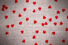 Petits coeurs rouges sur le tissu de toile Images libres de droits