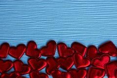 Petits coeurs rouges sur un fond de papier bleu Images libres de droits