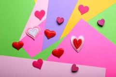 Petits coeurs sur le fond coloré Photos stock