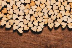 Petits coeurs sur le fond en bois Photo stock