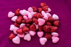 Petits coeurs sur les surfaces tricotées Photo stock