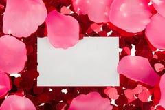 Petits confettis rouges et grands coeurs sur le fond blanc Photo stock