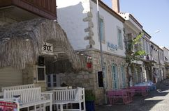 Petits conseil d'Alacati, motels et panneaux de table devant eux Image libre de droits