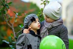 Petits couples mignons dans l'amour Image libre de droits