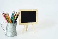 Petits crayons de tableau noir et de couleur Images stock